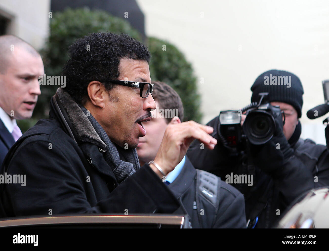 30.novembre.2012. PARIS LE CHANTEUR Lionel Richie est repéré EN LAISSANT LE FOUR SEASONS HOTEL GEORGE Photo Stock