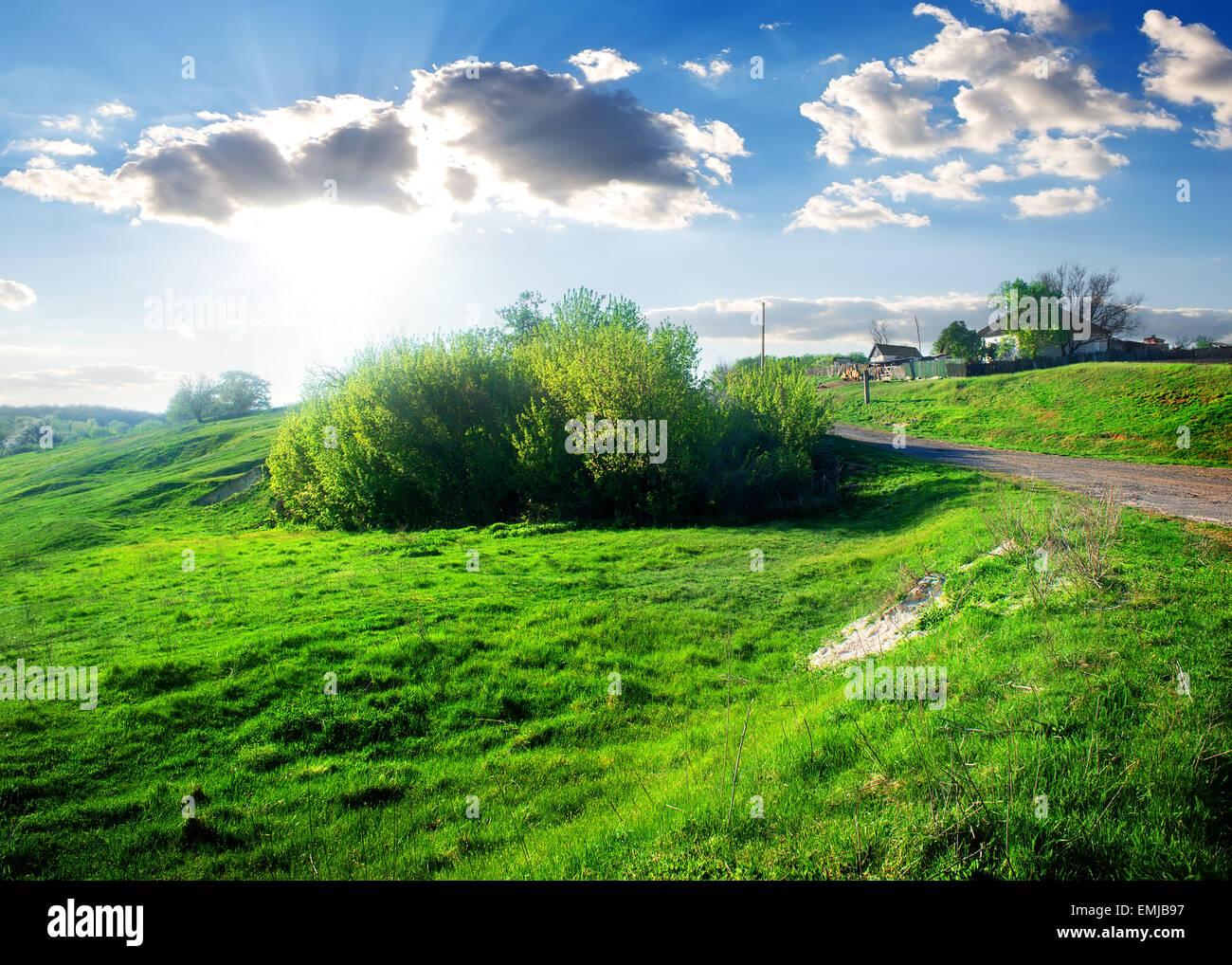 Maisons dans un petit village près de green field Photo Stock