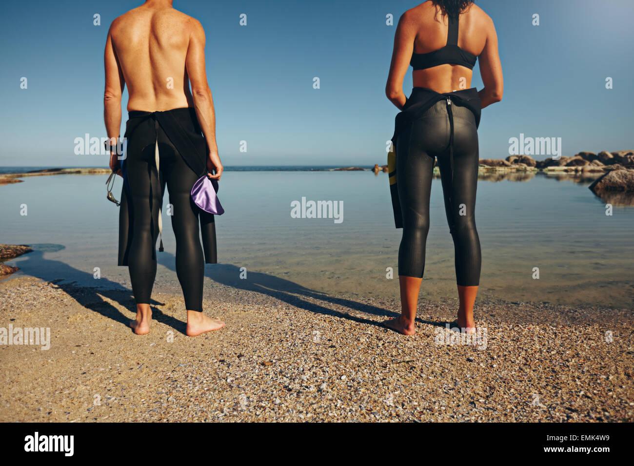 Portrait d'athlètes beach pour préparer une course. L'homme et la femme se préparer à Photo Stock