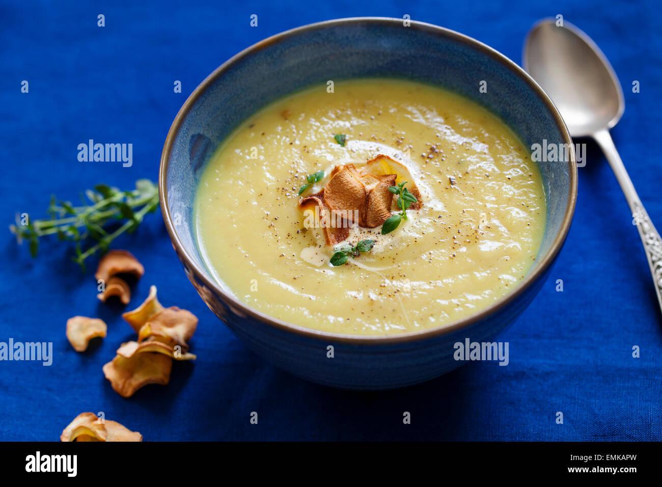 Soupe de panais avec chips de panais Photo Stock