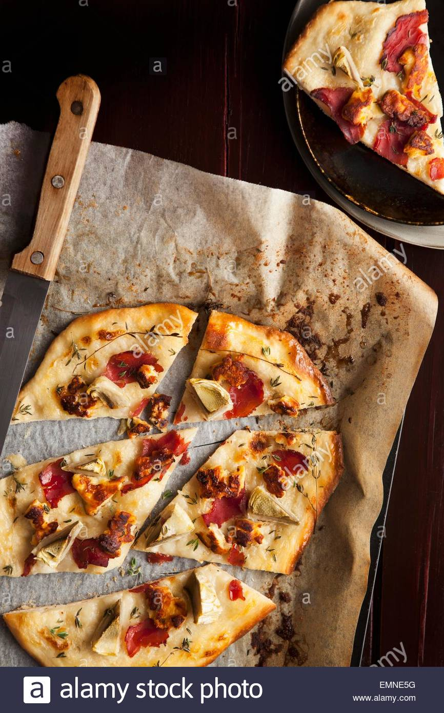 Pizza aux artichauts, halloumi et pastirma (viande séchée à l'air, Turquie) Photo Stock