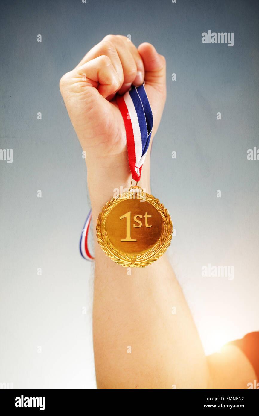 Remportant la première place hand holding médaille d Photo Stock