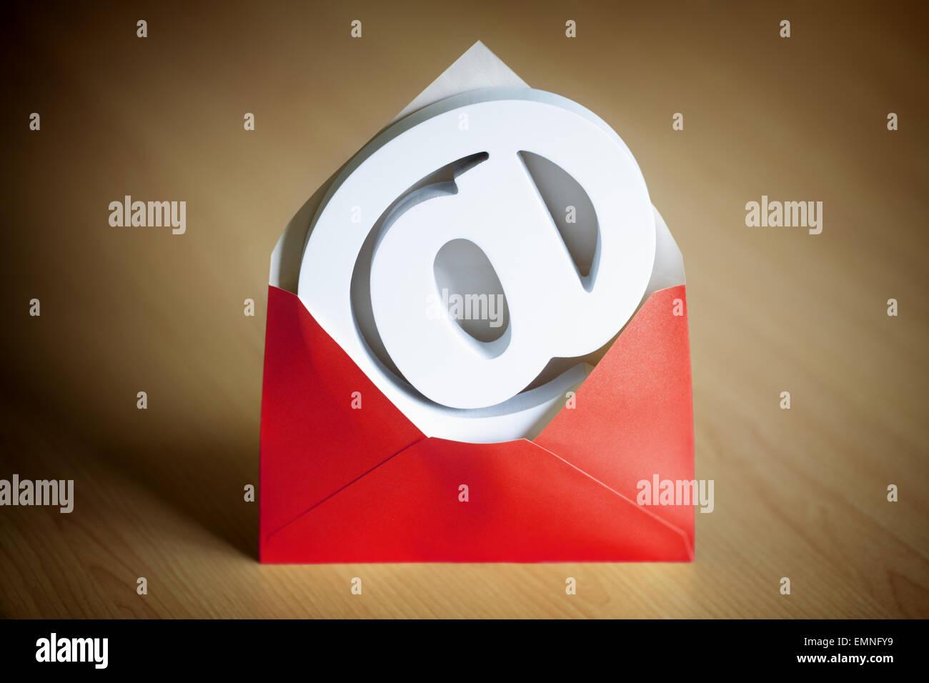 E-mail@ à l'enveloppe et symbole Photo Stock