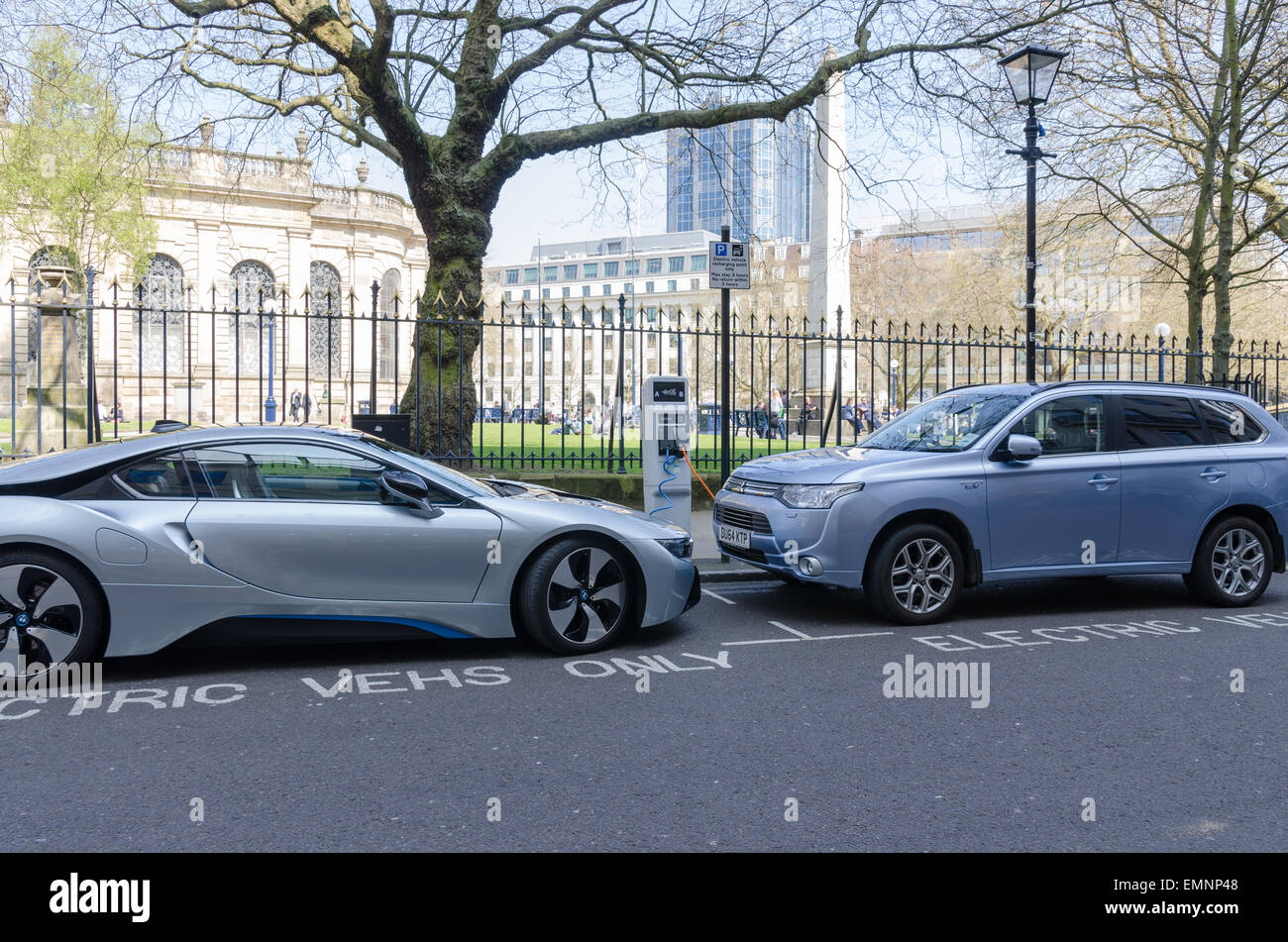 Voitures électriques en charge Birmingham City Centre Photo Stock