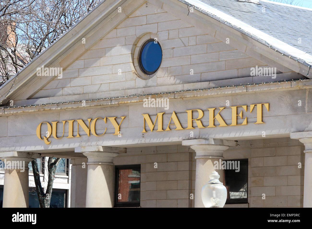Boston Freedom Trail monument Quincy Market avant avec les touristes, les clients à l'entrée et l'éclairage Photo Stock