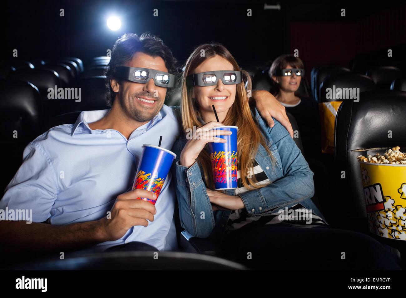 Couple heureux le visionnage en 3d film en théâtre Photo Stock
