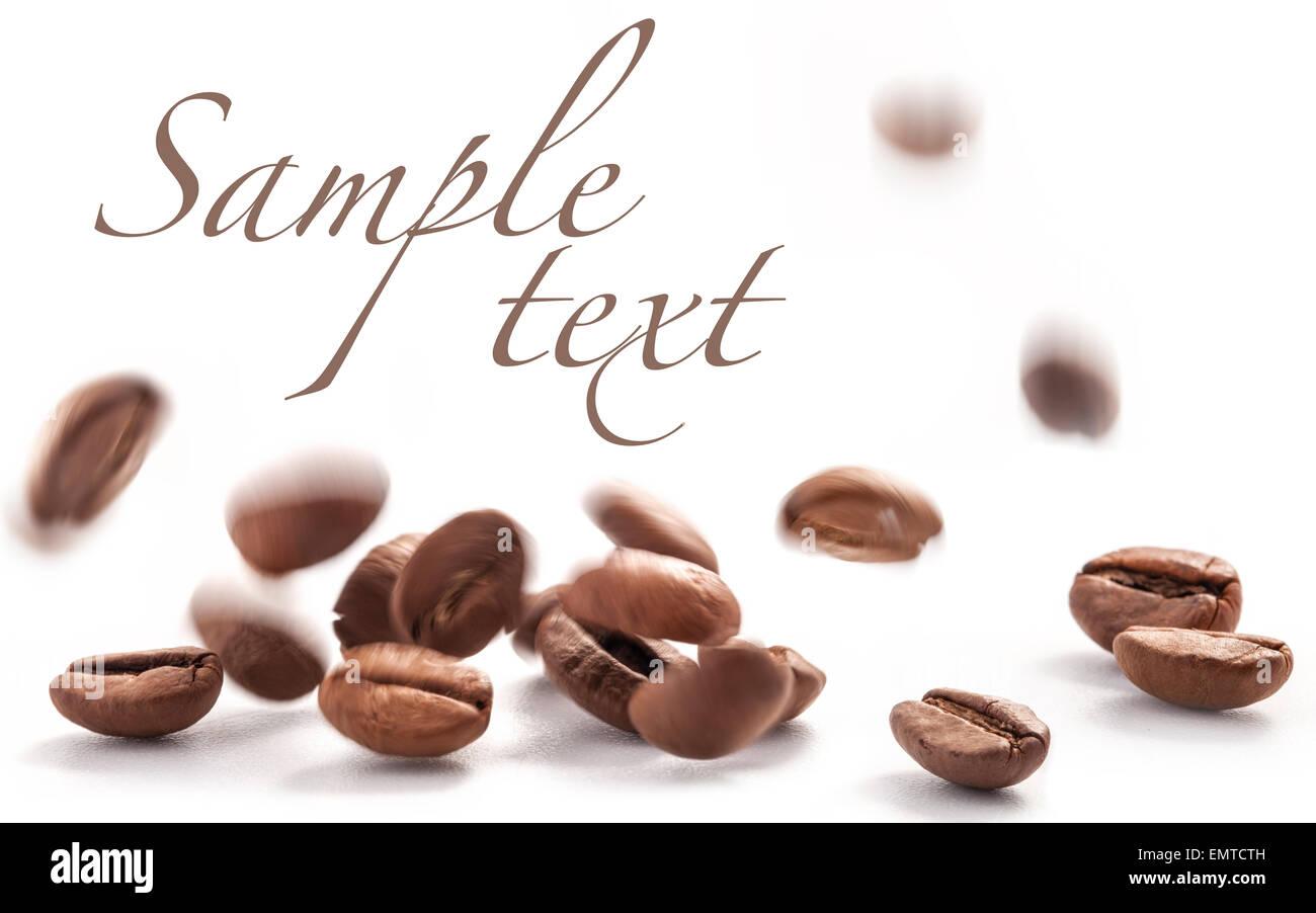 Les grains de café en vol isolé sur fond blanc Photo Stock