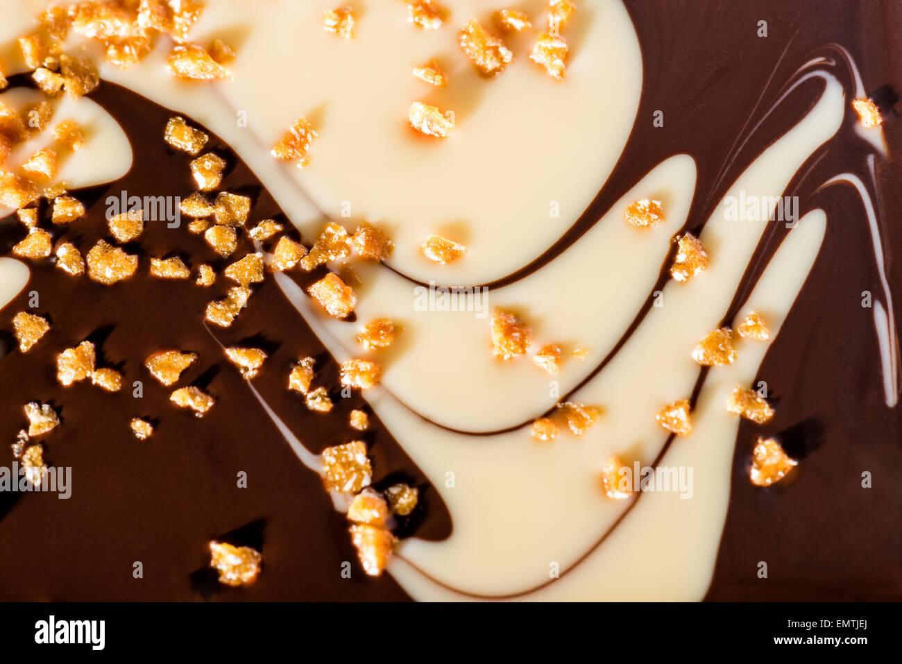 Deux tons exclusifs heureux chocolat au caramel et chocolat noir chocolat blanc studio light goûte salé Photo Stock