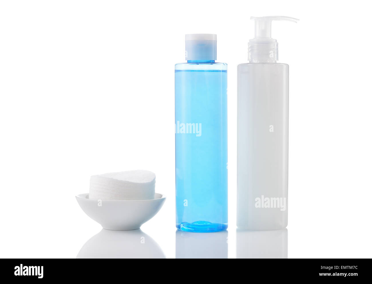 Cosmétiques - Nettoyant quotidien pour le visage gel nettoyant, lissage et de toner nettoyantes coton isolé Photo Stock