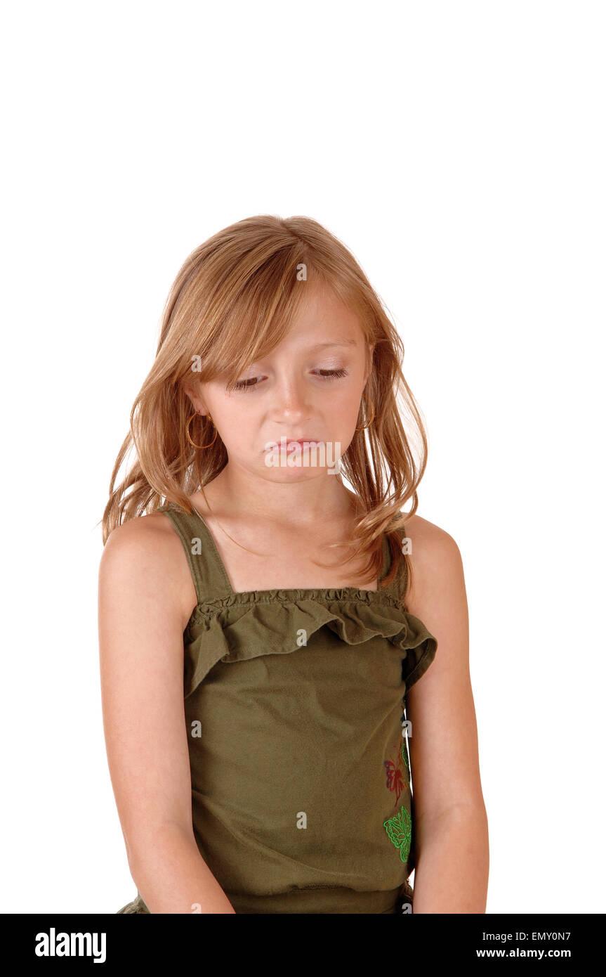 Un peu triste à la fille aux longs cheveux blonds isolés pour fond blanc. Banque D'Images