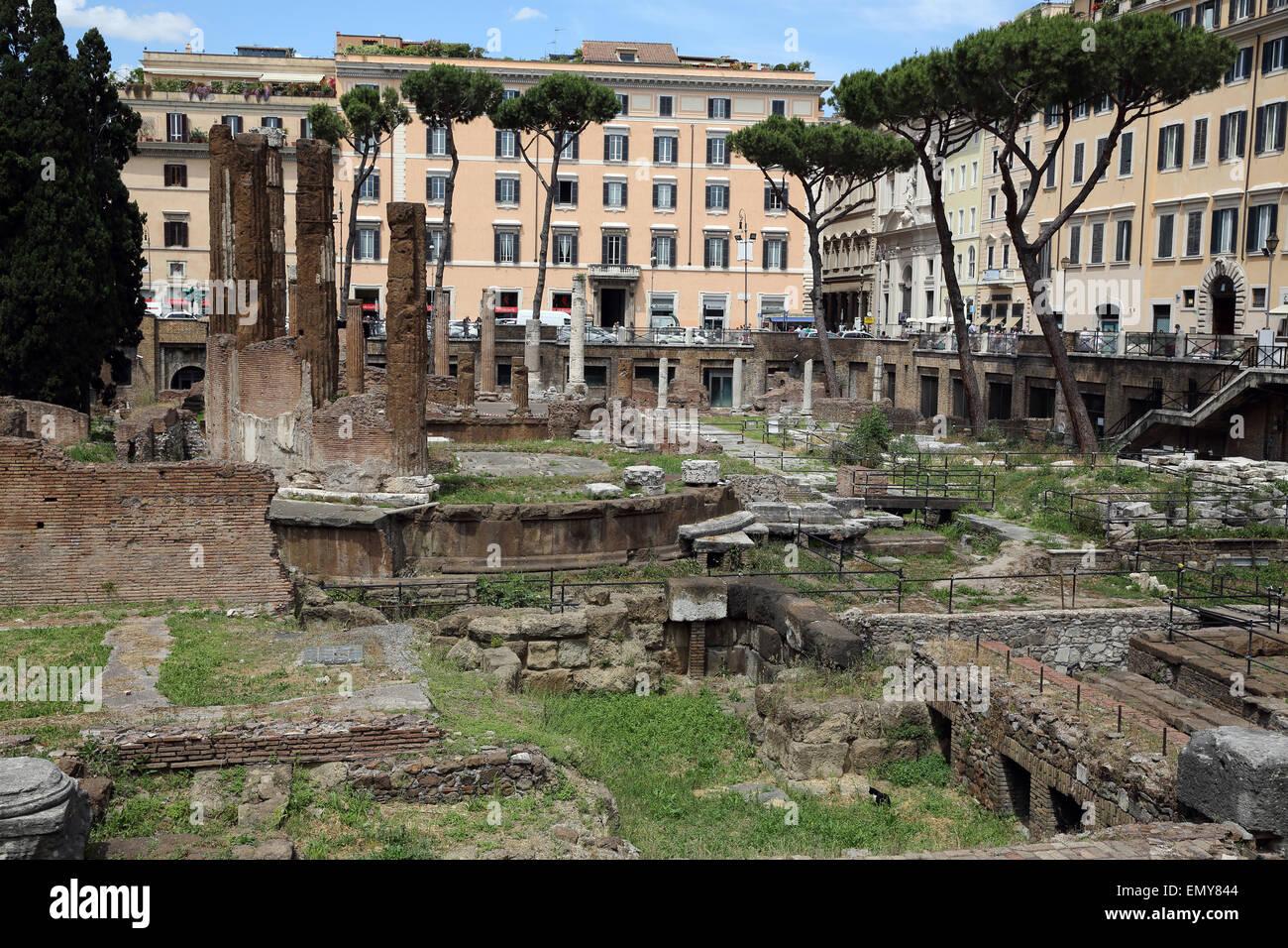 Les colonnes d'un ancien temple à Largo di Torre Argentina à Rome. Banque D'Images