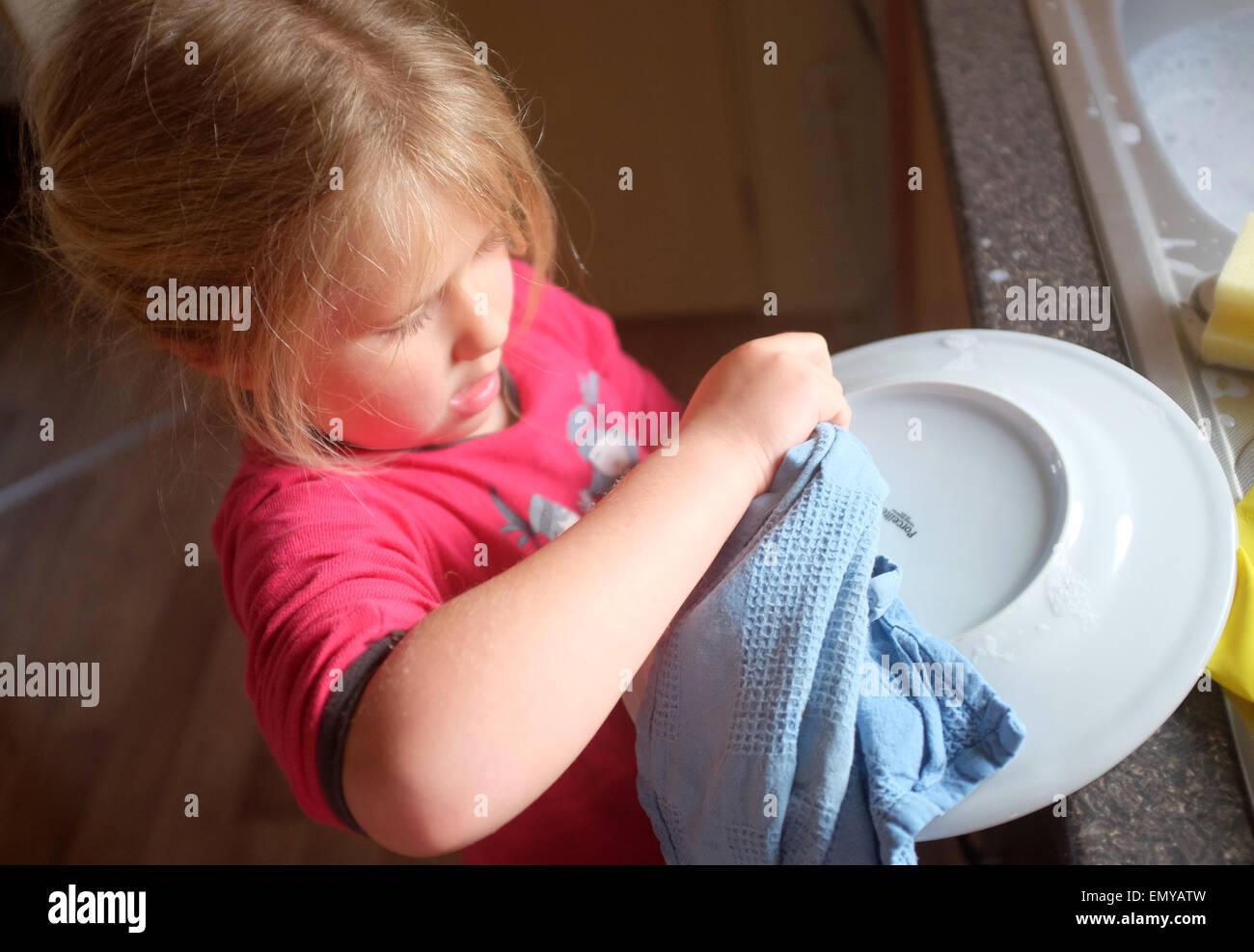 Une jeune fille la vaisselle et vaisselle Photo Stock