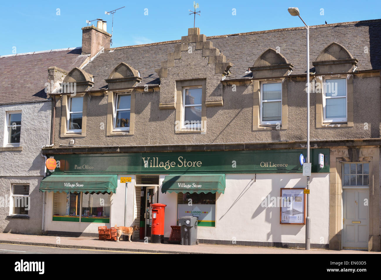 DOUNE, STIRLING, Scotland, UK - 23 avril 2015 : Magasin du Village, hors licence et bureau de poste dans le Photo Stock