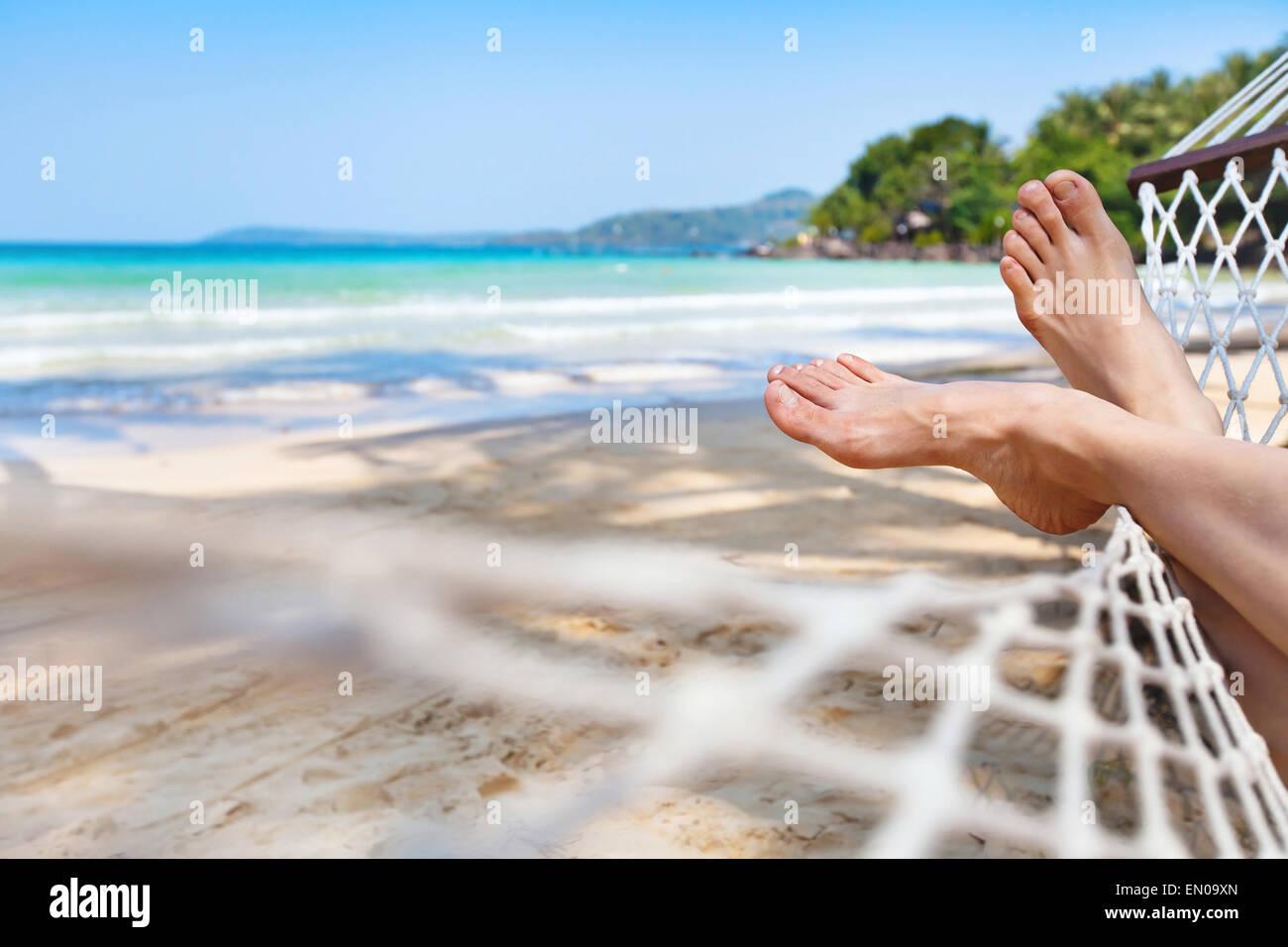 Relaxing in hammock sur la magnifique plage Paradise beach Photo Stock