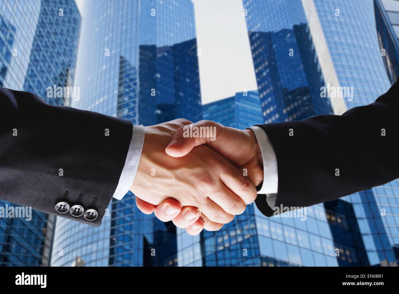 Transaction commerciale, handshake sur fond bleu moderne Photo Stock