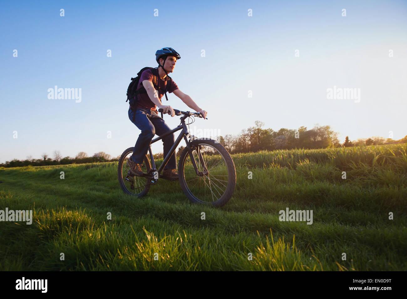 Sport de plein air, young man riding bicycle dans la nature Photo Stock