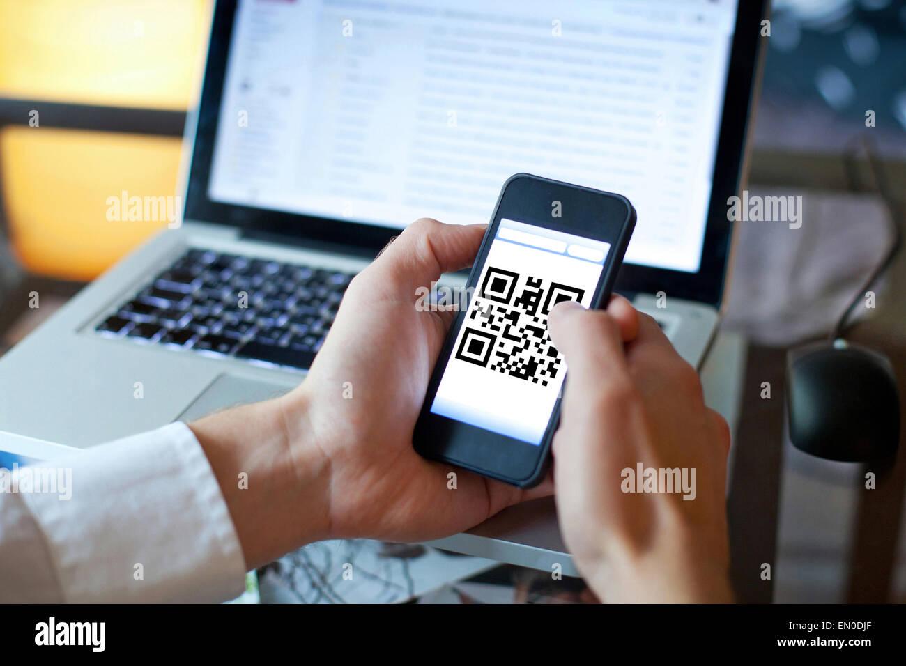 Smart phone avec QR code sur l'écran Photo Stock