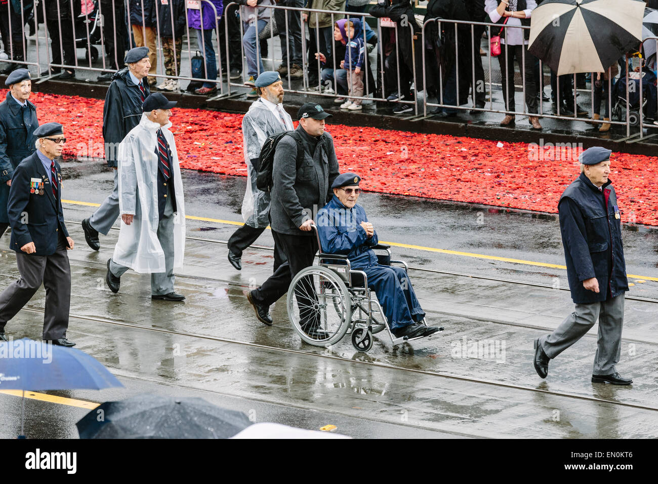 Melbourne, Australie. 25 avril 2015. L'Anzac Day de mars et vétéran des militaires et leurs descendants, de Princes Bridge au culte du souvenir, par temps de pluie. L'Anzac Day de cette année marque le centenaire de l'atterrissage de Gallipoli ANZAC et soldats alliés en Turquie le 25 avril 2015. Credit: Kerin Forstmanis/Alamy Live News Banque D'Images