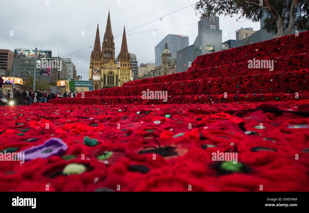 Melbourne, Australie. Apr 25, 2015. Les gens se rassemblent à la place de la Fédération à visiter 250 000 coquelicots tricotés pour marquer le centenaire de l'ANZAC day à Melbourne, Australie, le 25 avril 2015. Des centaines de milliers d'Australiens le samedi a commémoré la Journée de l'ANZAC, le 100e anniversaire de la malheureuse campagne de Gallipoli qui sont venus à définir l'esprit de l'ANZAC. Credit: Bai Xue/Xinhua/Alamy Live News Banque D'Images