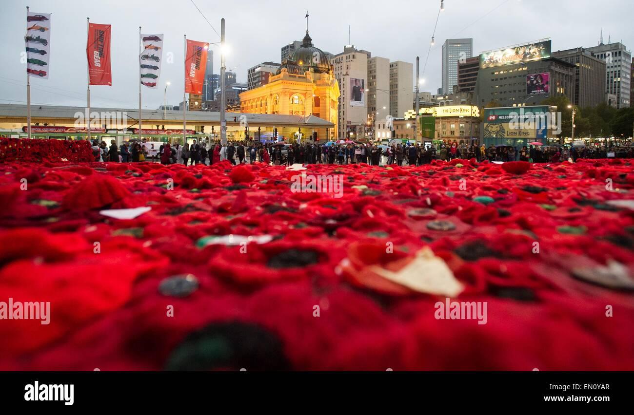 Melbourne, Australie. Apr 25, 2015. Photo prise le 25 avril 2015 salons 250 000 coquelicots tricotés pour marquer le centenaire de l'ANZAC day à Federation Square à Melbourne, Australie. Des centaines de milliers d'Australiens le samedi a commémoré la Journée de l'ANZAC, le 100e anniversaire de la malheureuse campagne de Gallipoli qui sont venus à définir l'esprit de l'ANZAC. Credit: Bai Xue/Xinhua/Alamy Live News Banque D'Images