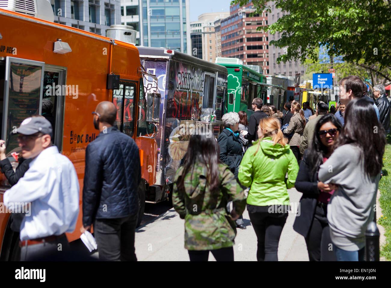 Les camions de nourriture s'alignent sur une rue urbaine - Washington, DC USA Photo Stock