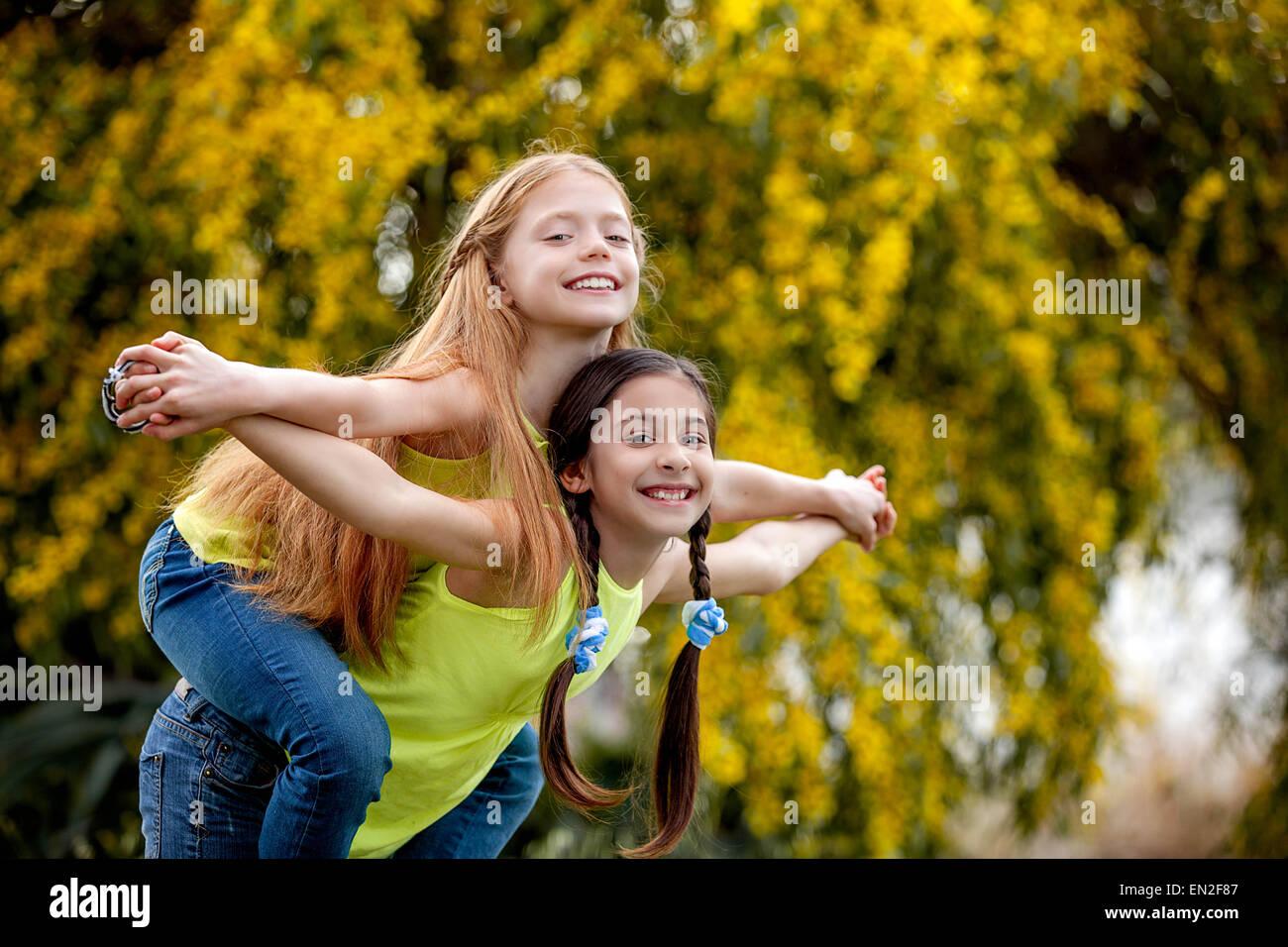 L'amitié les enfants au camp d'heureux sain smiles Photo Stock
