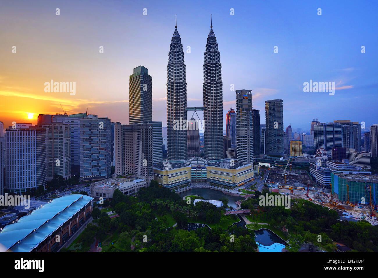 Les Tours Petronas gratte-ciel au coucher du soleil, KLCC, Kuala Lumpur, Malaisie Photo Stock