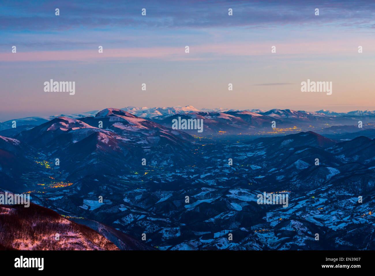 Coucher du soleil sur les Apennins du Mont Nerone, Monte Nerone en hiver, l'Apennin, Marches, Italie Photo Stock