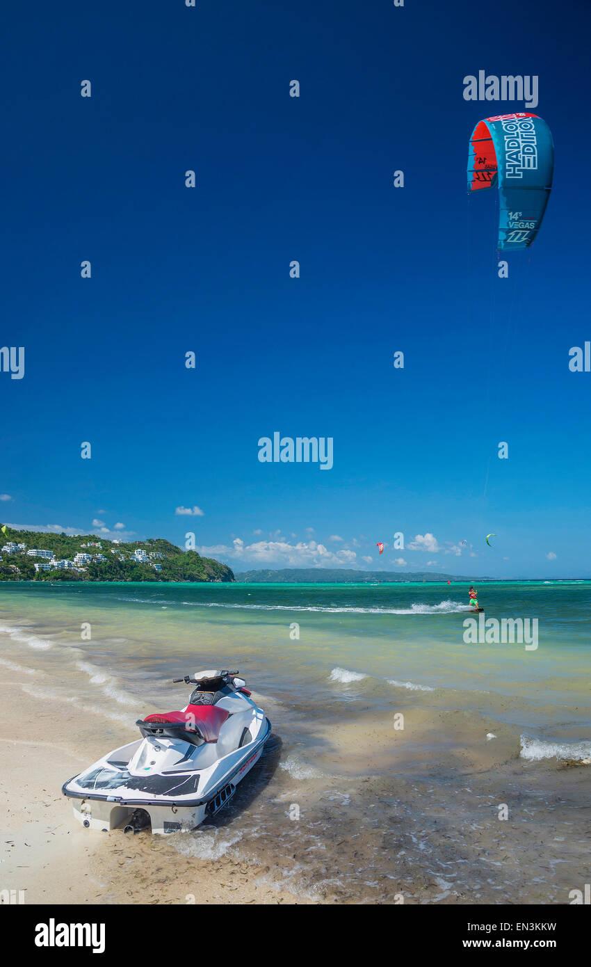 Jet ski et kite surf sports d'eau en bolabog beach boracay philippines Photo Stock