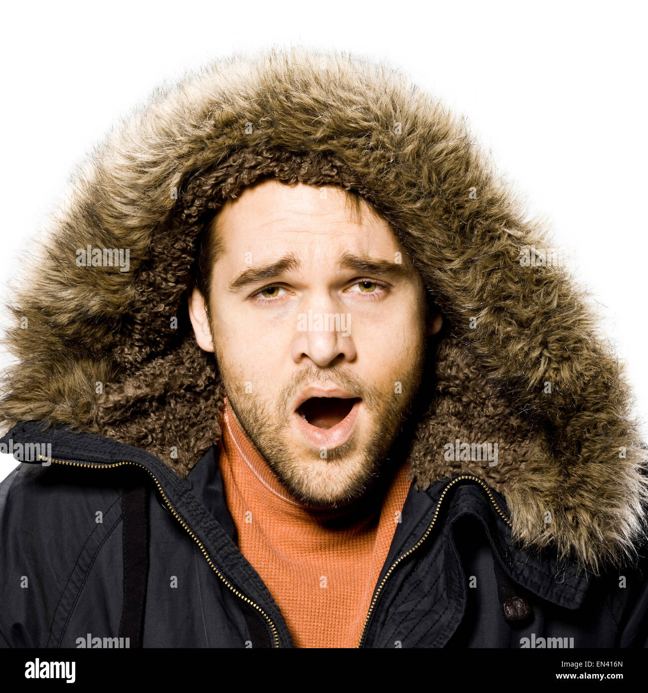 Homme portant un manteau d'hiver avec une capuche de