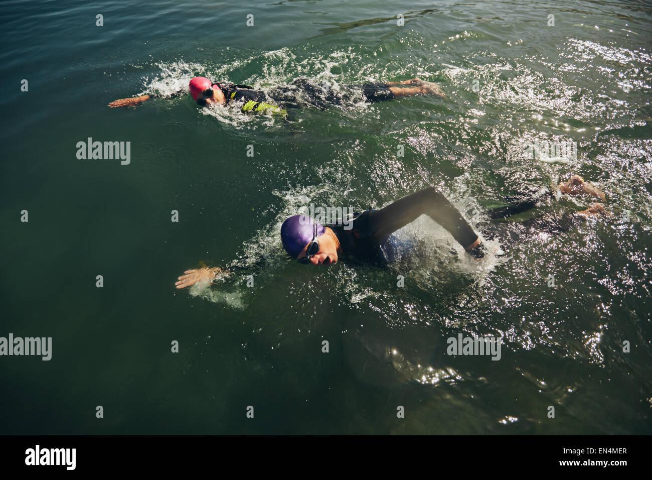 La lutte contre les concurrents dans le cas de natation triathlon la concurrence. Photo Stock