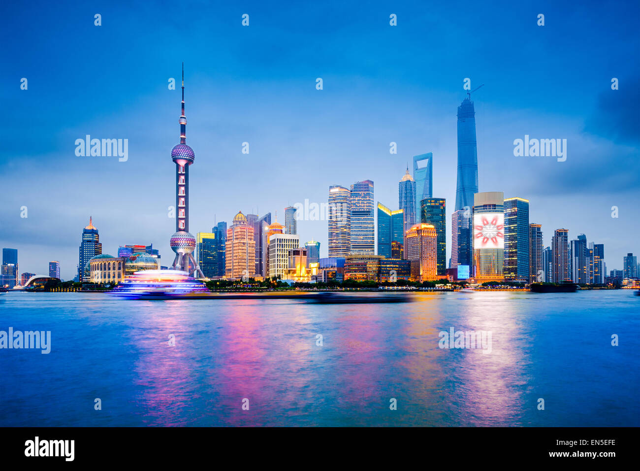 Shanghai, Chine financial district skyline sur la rivière Huangpu. Photo Stock