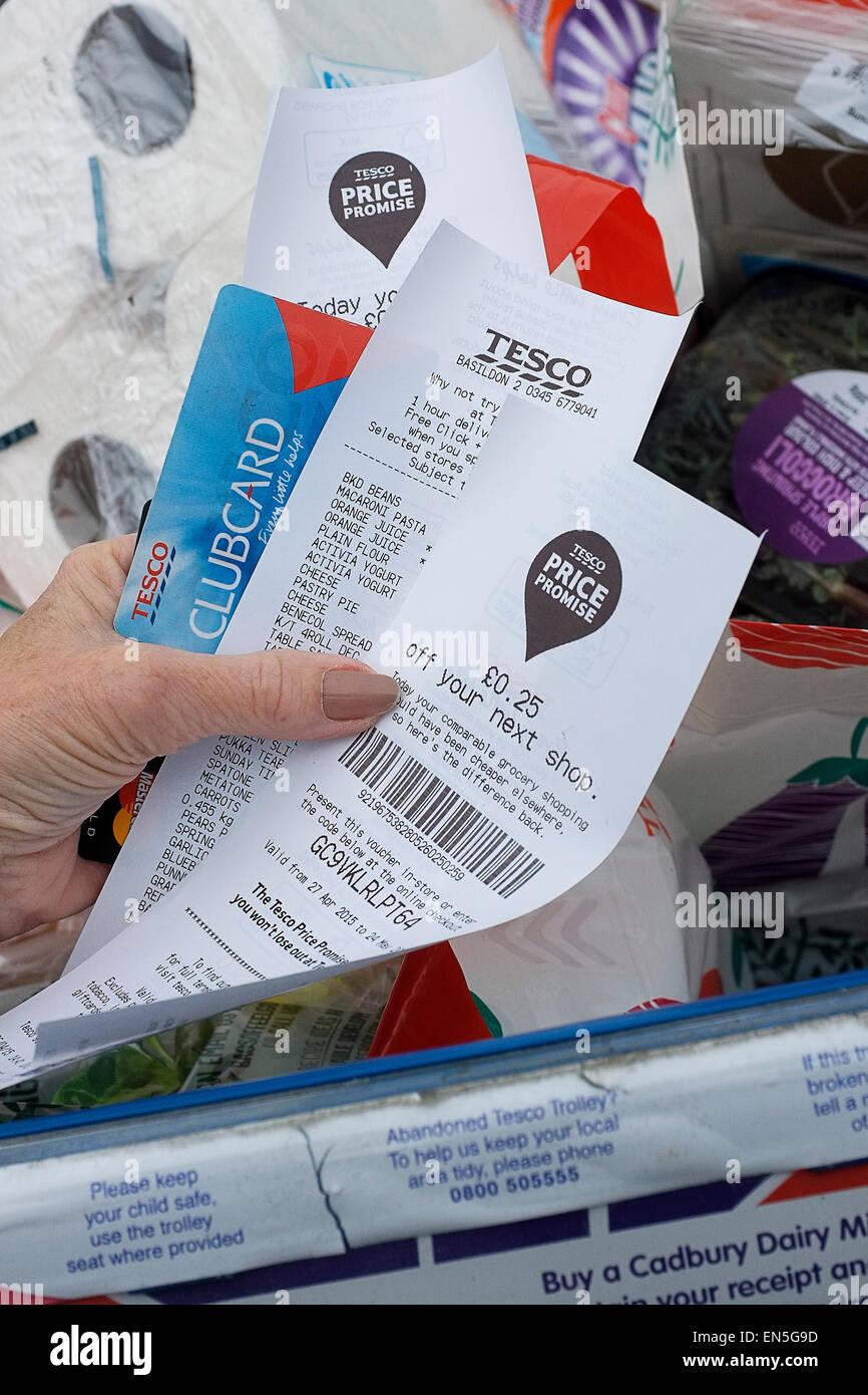 Shopping - un nouveau client client reçus à partir de maintenant un supermarché Tesco. Photo Stock