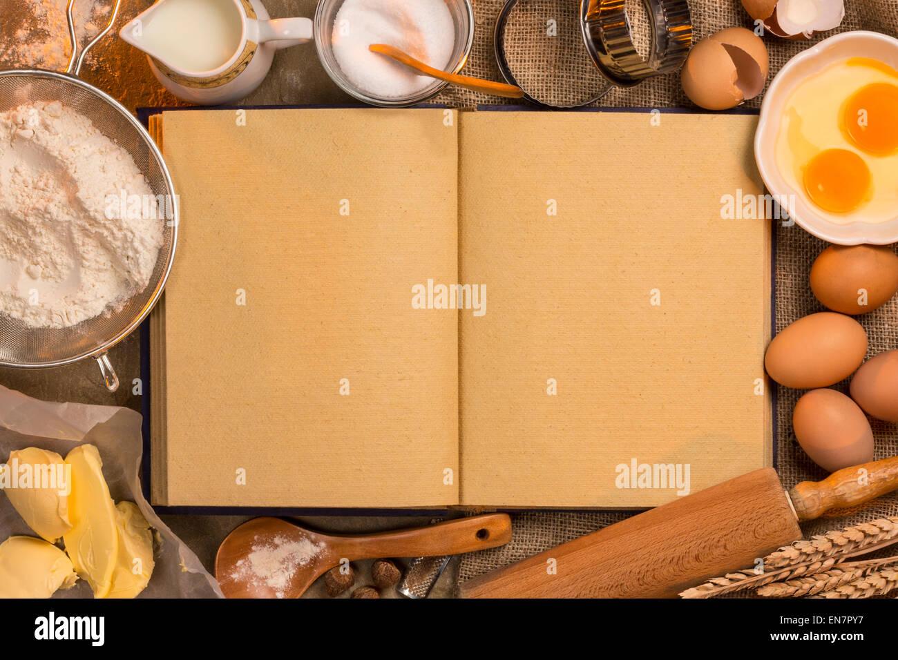 Livre blanc de l'espace (pages de texte) avec ingrédients et ustensiles. Photo Stock
