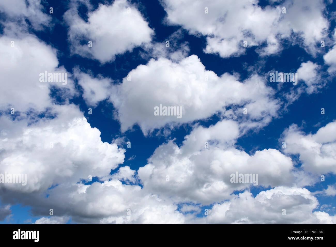 Les nuages blancs dans un ciel bleu profond Photo Stock