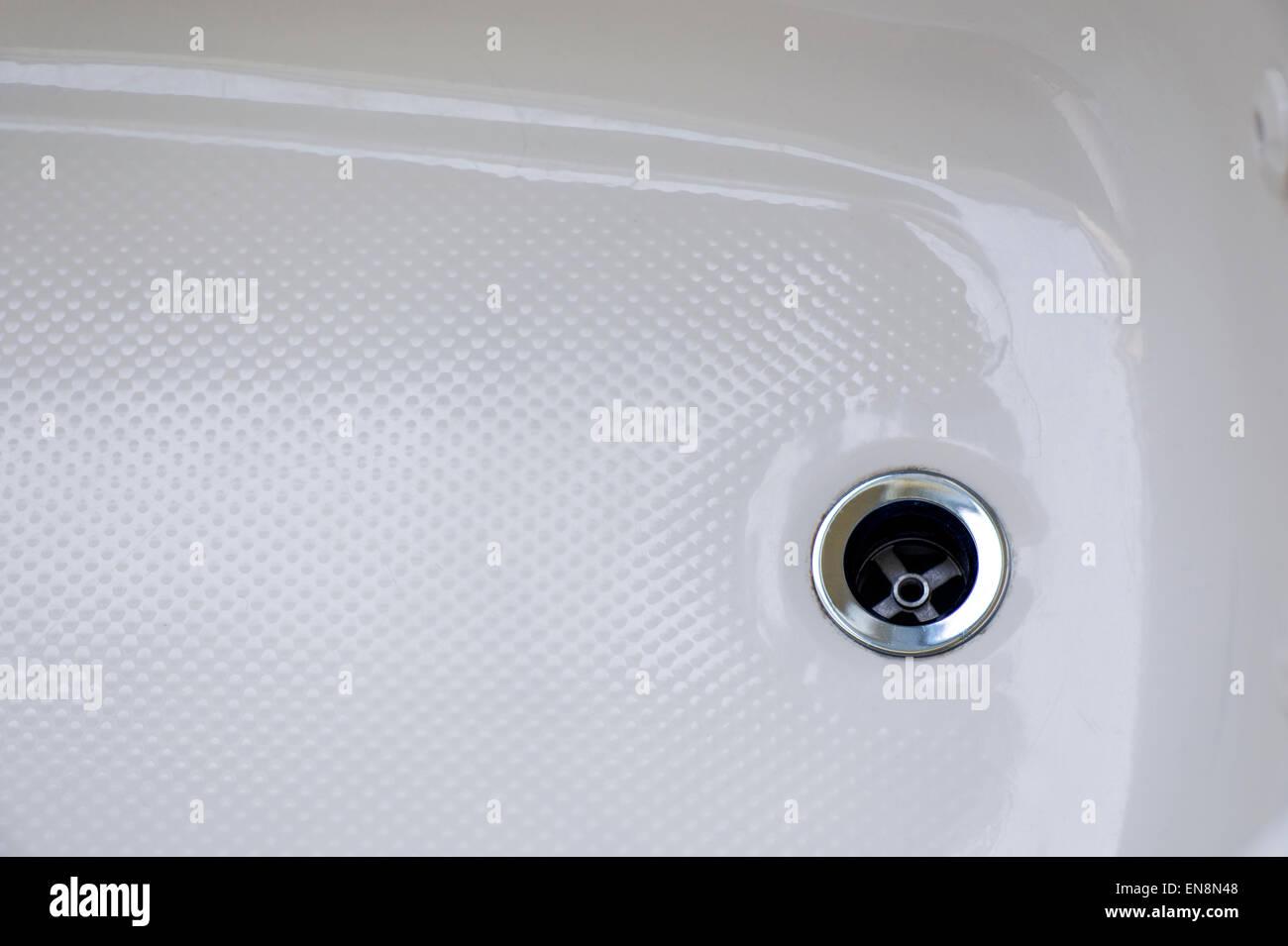 De près de l'égoutter dans une baignoire en céramique Photo Stock