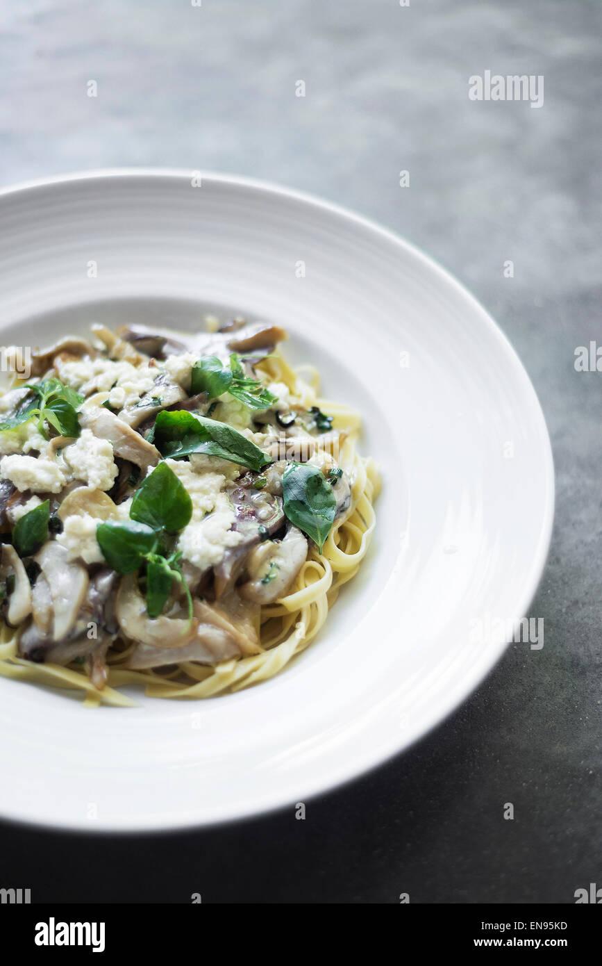 La ricotta italienne, pâtes aux champignons et basilic Photo Stock