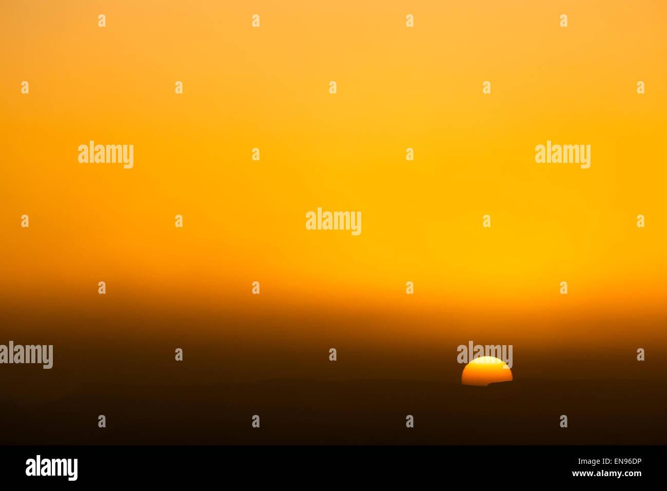 Le lever du soleil. Dunes Lihoudi. Désert du Sahara. Le Maroc. L'Afrique. Banque D'Images