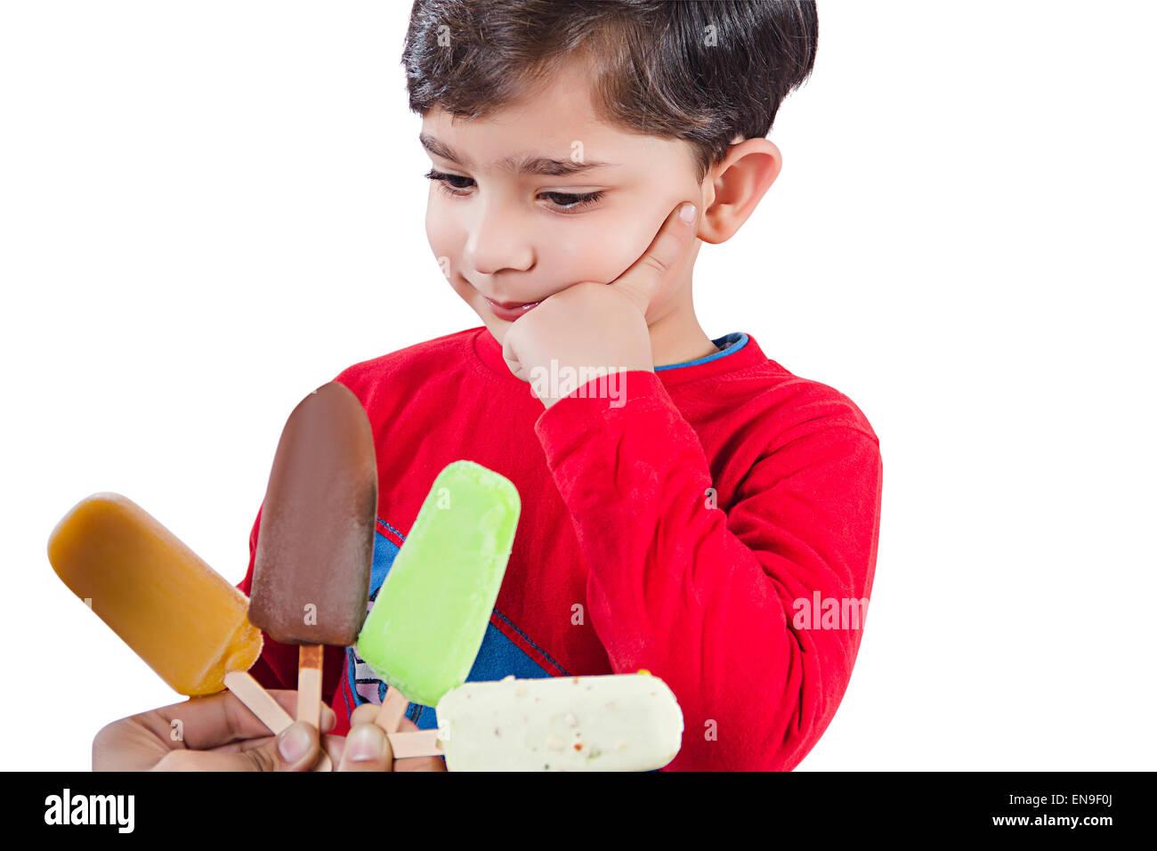 Les enfants indiens 2 garçon Crème glacée La cupidité Banque D'Images