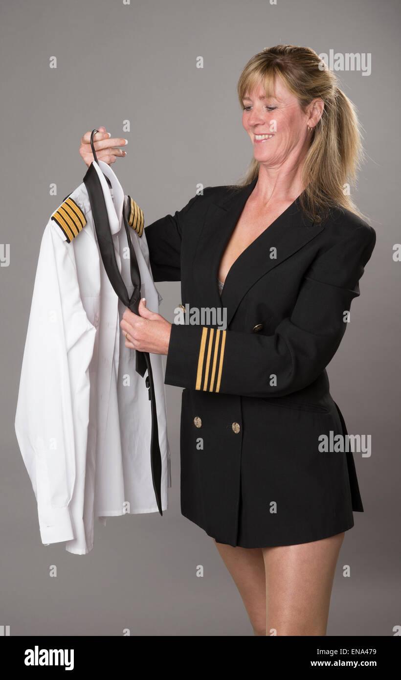 Femme En Cravate femme en uniforme de la compagnie aérienne contrôle de chemise et