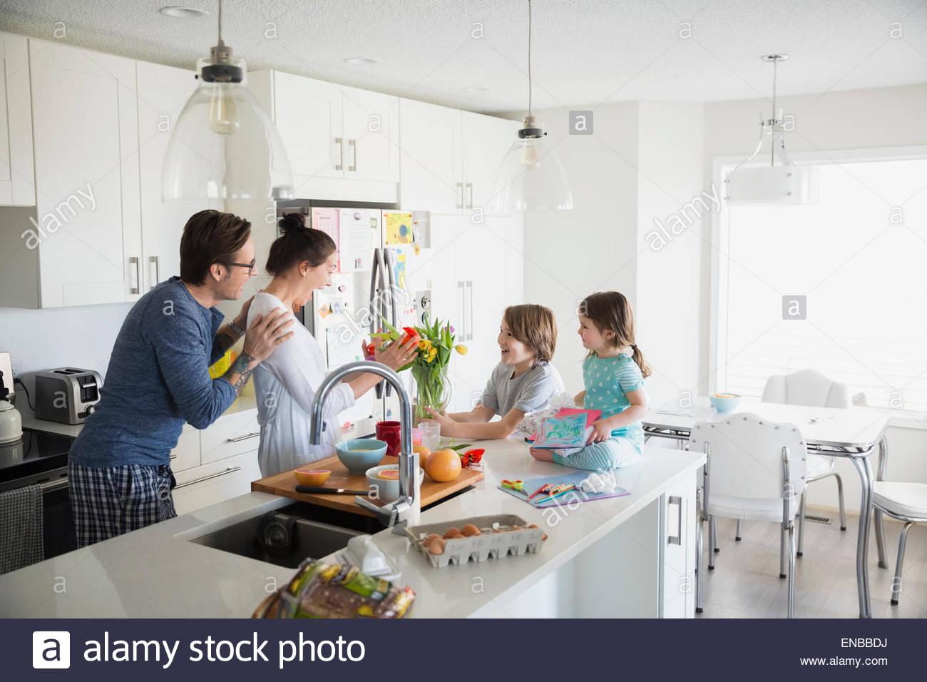 Père et mère des enfants surprenant sur la fête des Mères Photo Stock
