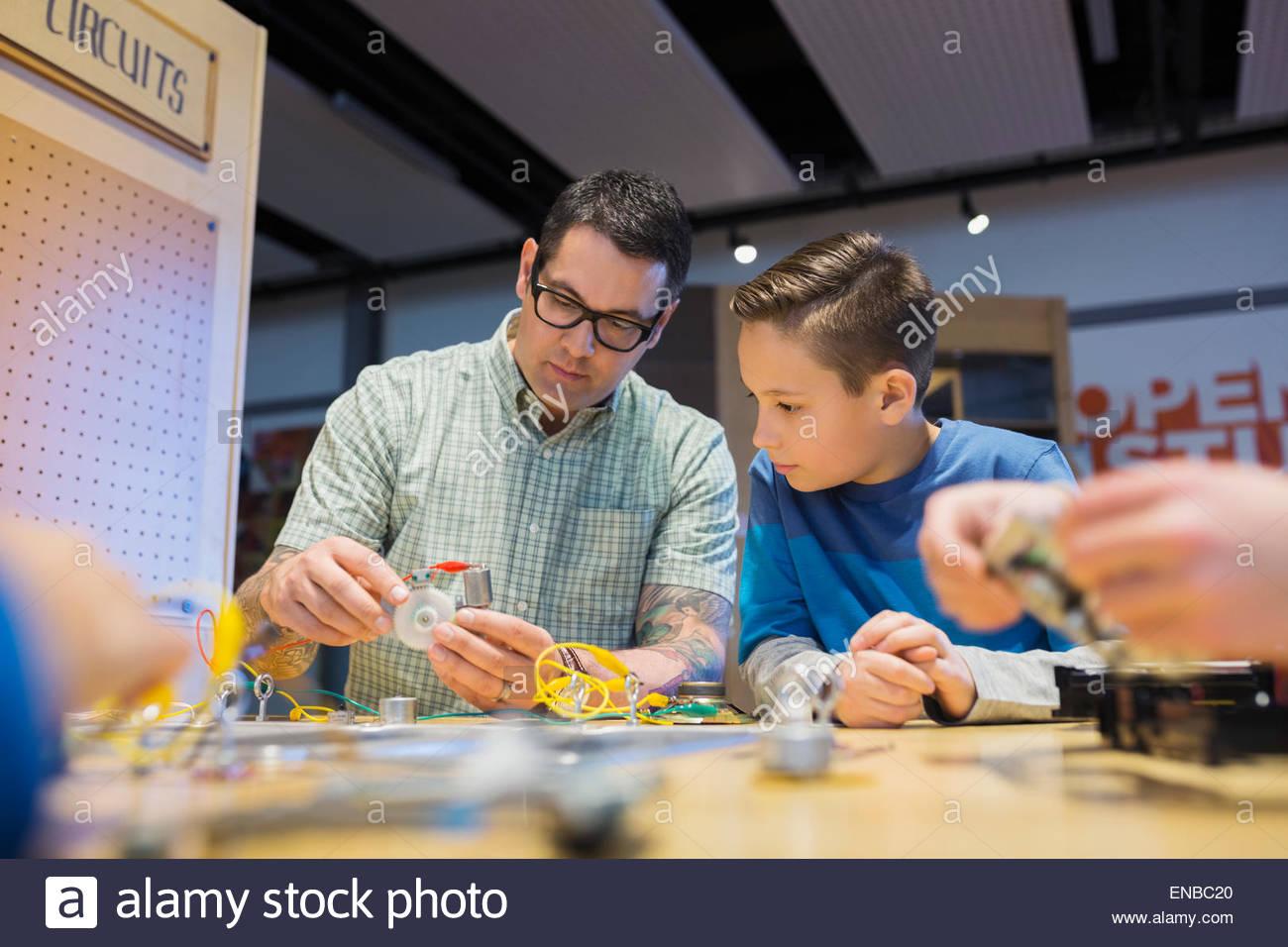 Le professeur et l'étudiant de l'assemblage de circuits électroniques science center Photo Stock