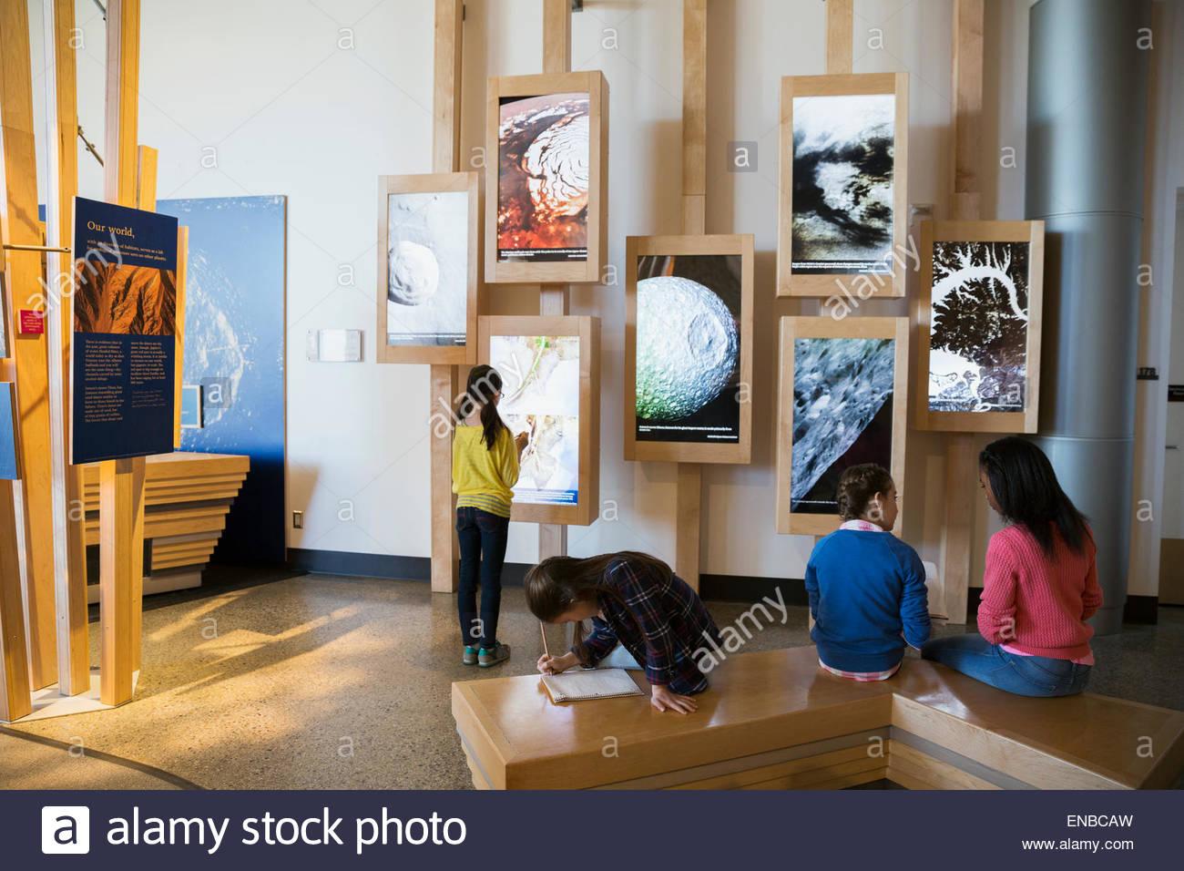 Les élèves prennent des notes à l'exposition de géologie science center Photo Stock