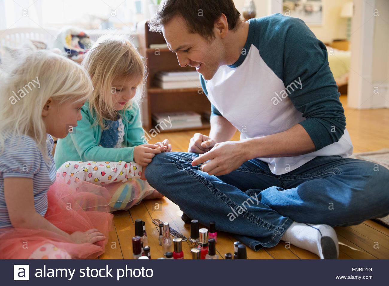 Père fille peinture avec les doigts à ongles Photo Stock