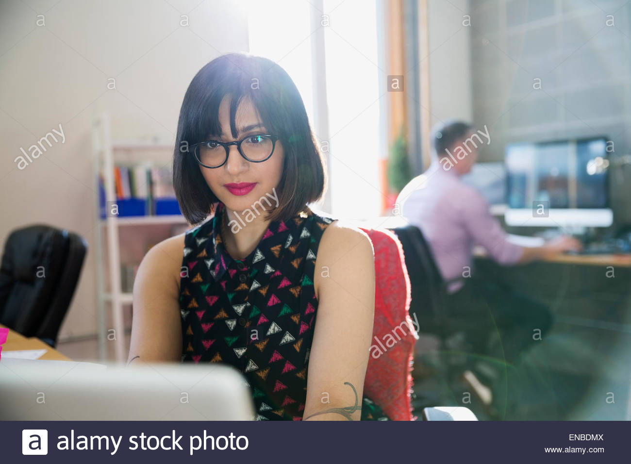 Businesswoman working in office ensoleillée Photo Stock