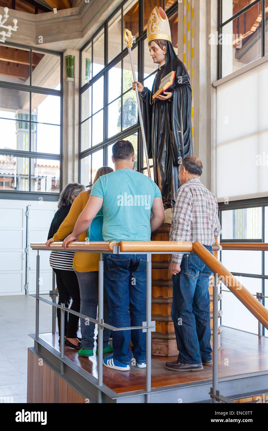 S. Bento da Porta Aberta. Pèlerins adorer le Saint Benoît statue dans la crypte. Le pape a soulevé Photo Stock