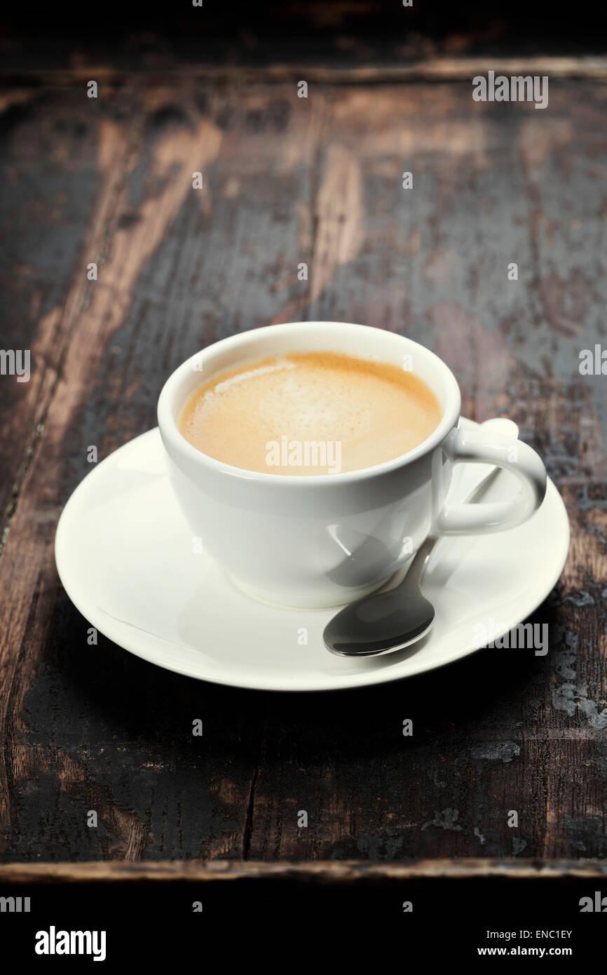 Café espresso dans un livre blanc sur la surface du bois grange Photo Stock