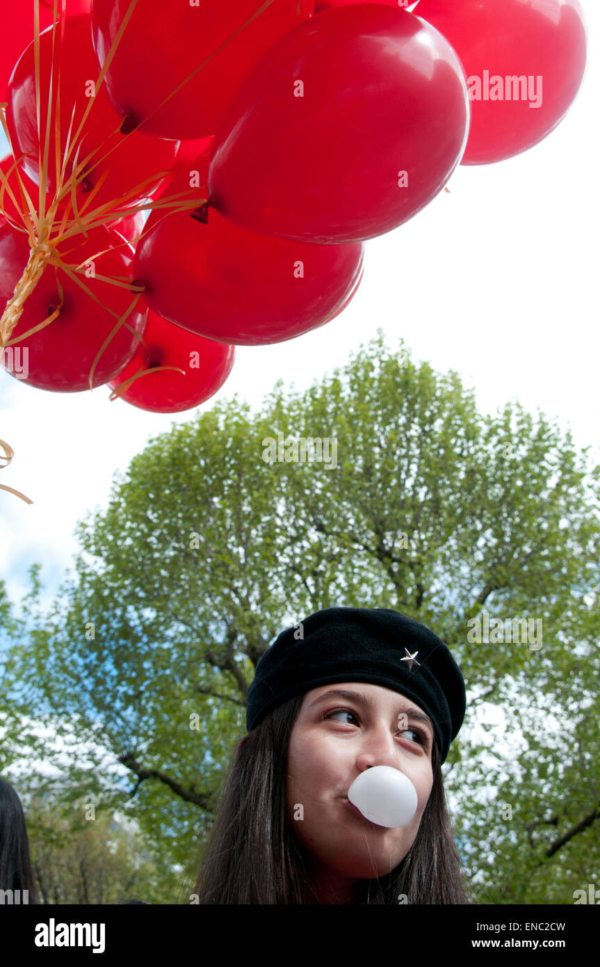 London.manifestation du Mayday 2015. Fille de la communauté turque avec des ballons et de bubble gum Photo Stock