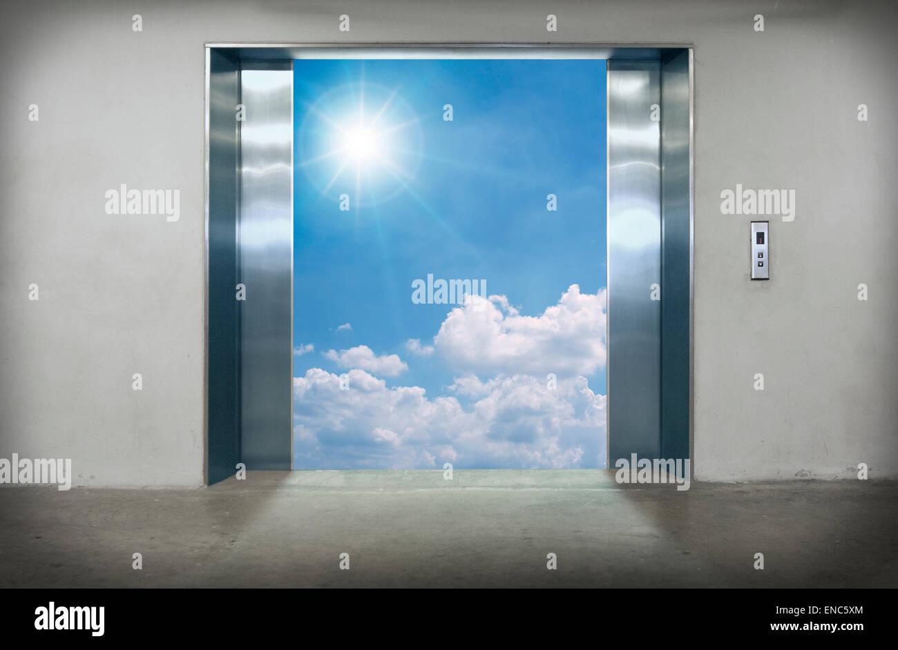 Ouvrir les portes de l'élévateur au ciel bleu. Photo Stock