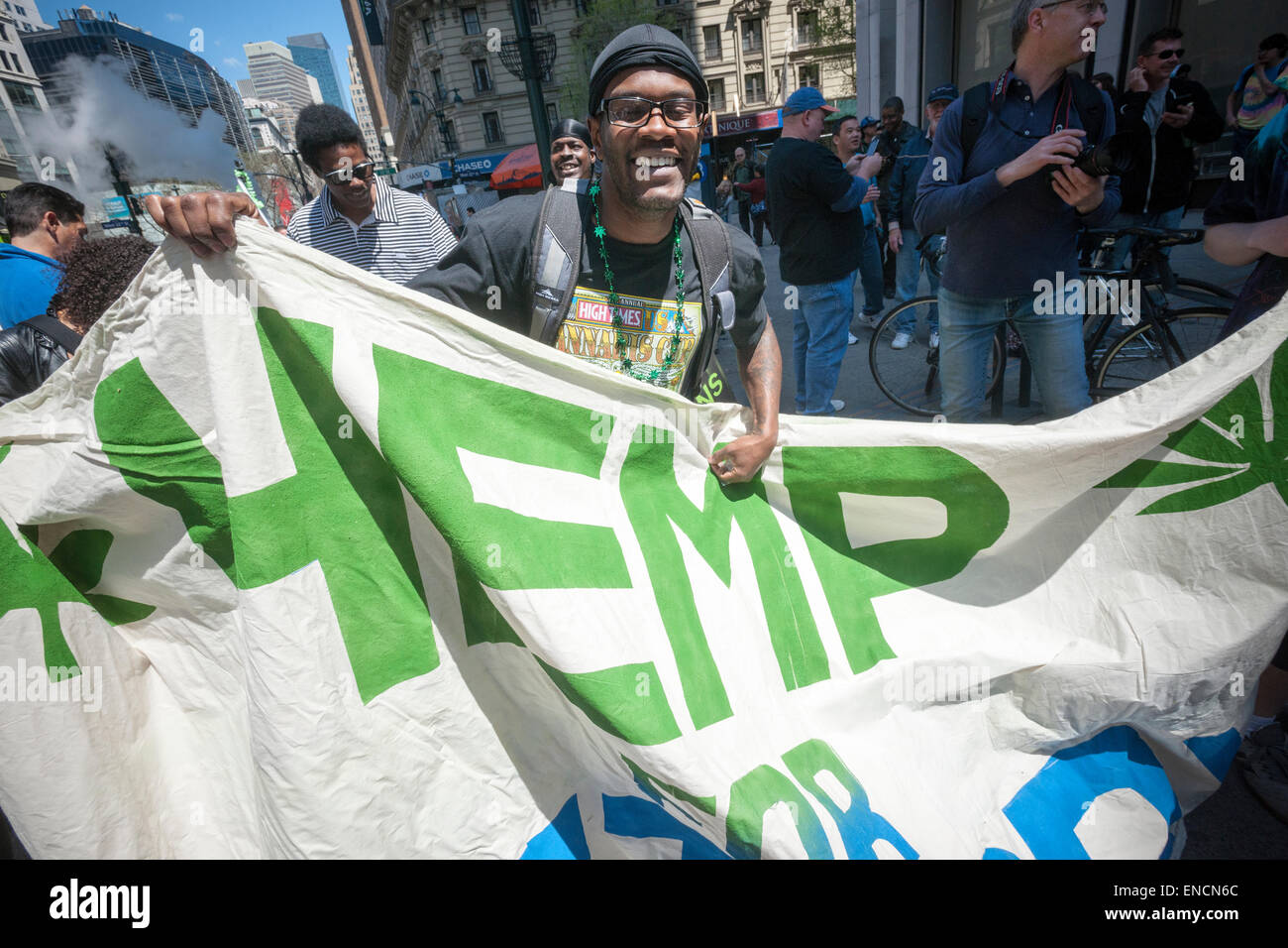 New York, USA. 2 mai, 2015. Les défenseurs de la légalisation de la marijuana mars à New York, le Photo Stock
